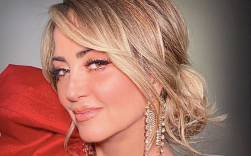 Andrea Legarreta luce blusa transparente con escote