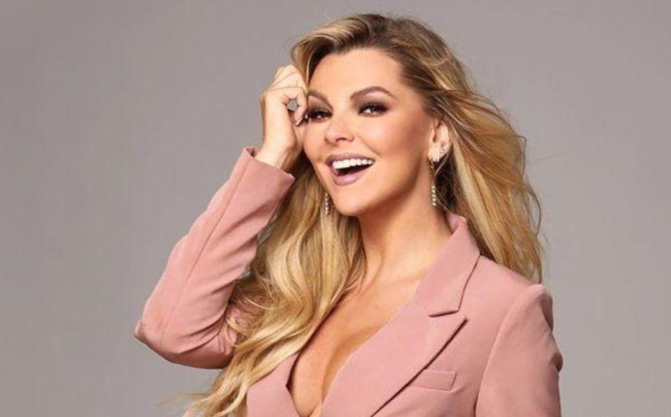 Marjorie de Sousa posa sin blusa en elegante look a sus 40 años de edad