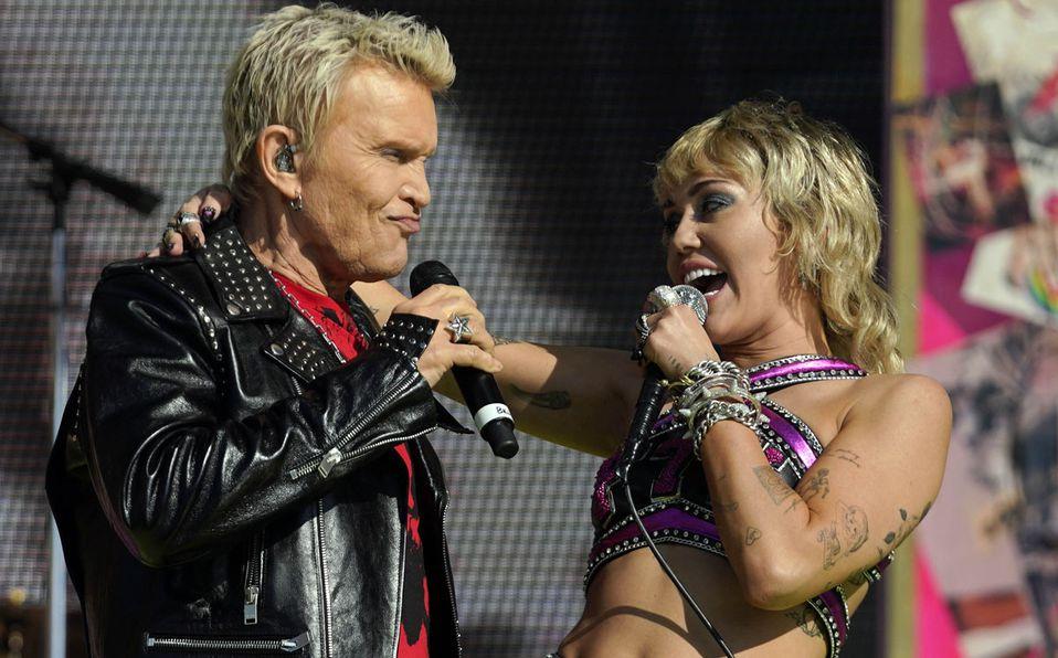 Miley Cyrus compartió escenario con Billy Idol (Reuters).