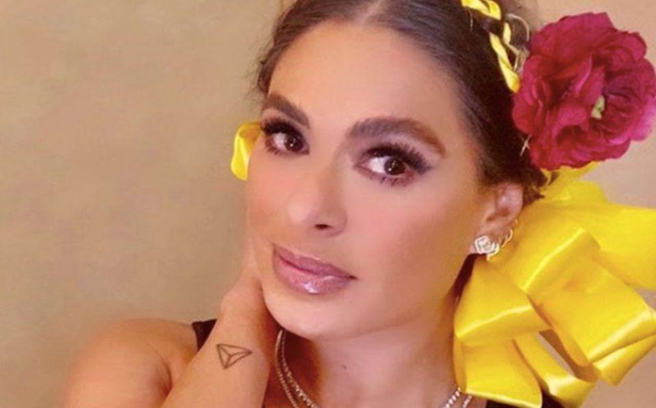 Galilea Montijo luce vestido de terciopelo