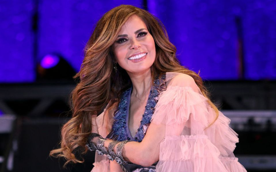 Gloria Trevi luce vestido transparente con brillos en Premios Lo Nuestro