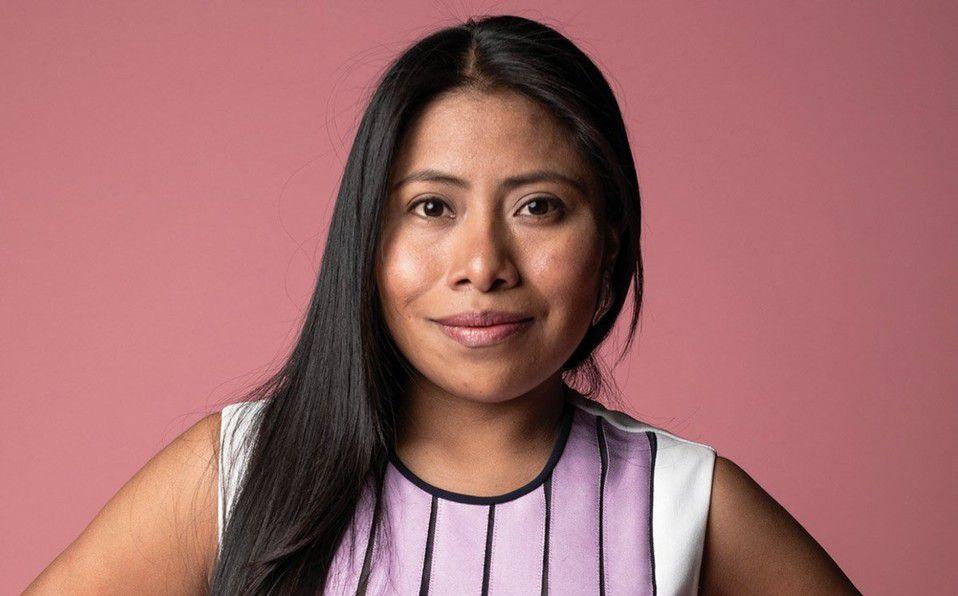 Yalitza Aparicio posa en vestido mexicano con cubrebocas a juego