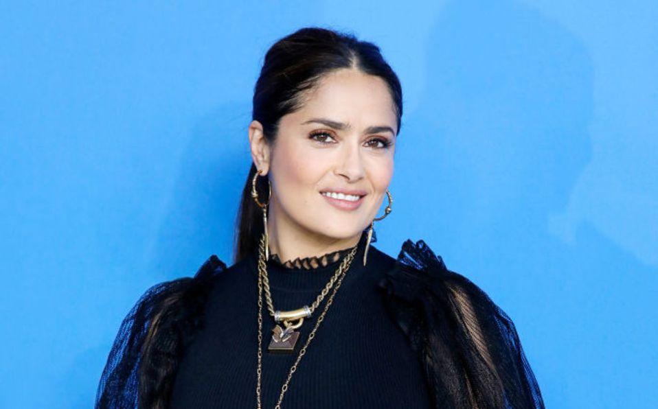 Salma Hayek sorprende con vestido rojo en los Globos de Oro 2021