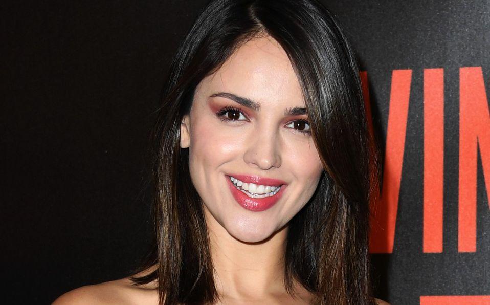 Eiza González es comparada con un ángel luciendo vestido blanco