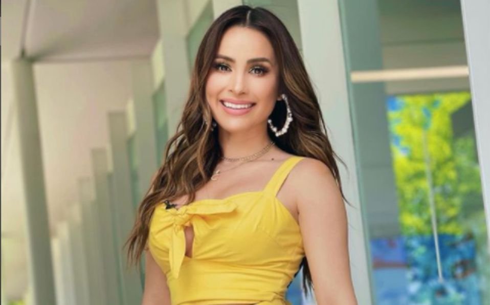 Cynthia Rodríguez luce vestido escotado bicolor, foto