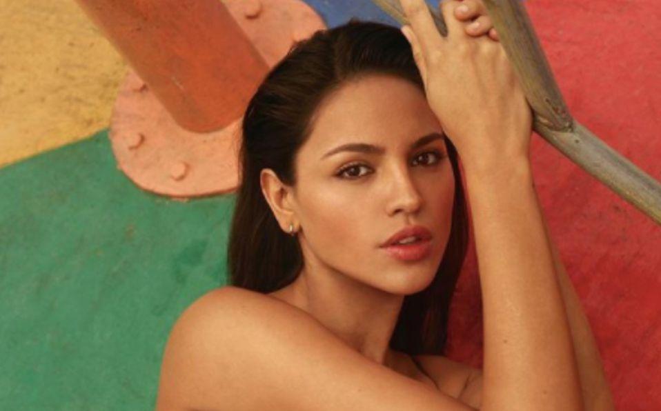 Eiza González luce su cuerpo al natural en la playa