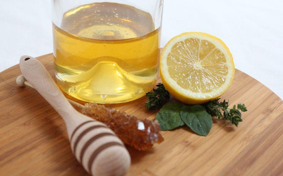 Té de miel con limón para el dolor de garganta.