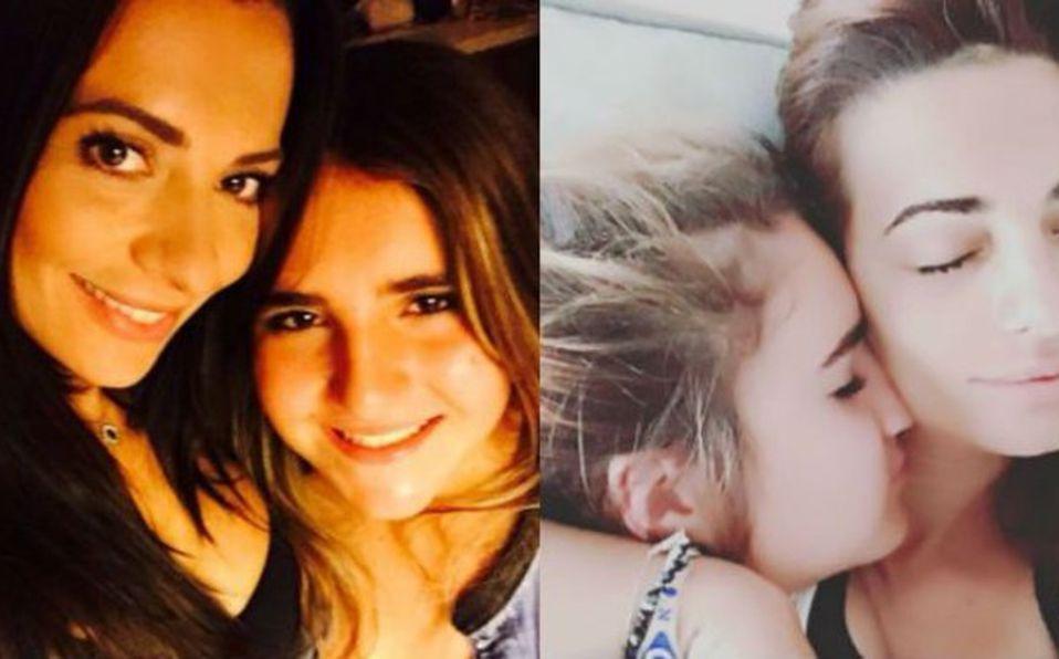 Cecilia Galliano y su hija Valentina posan en sesión de fotos