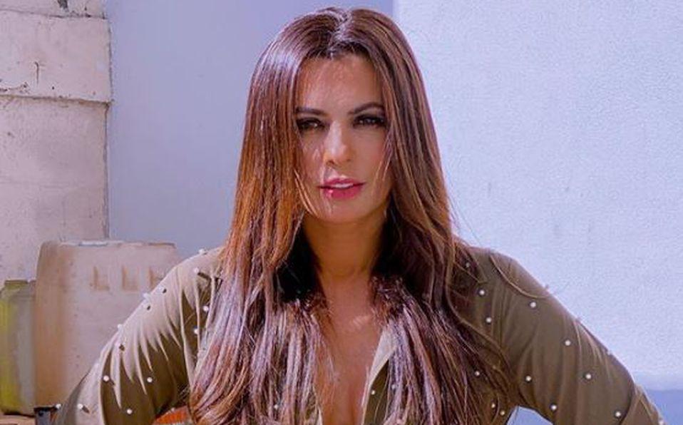 Cecilia Galliano luce su figura en vestido transparente