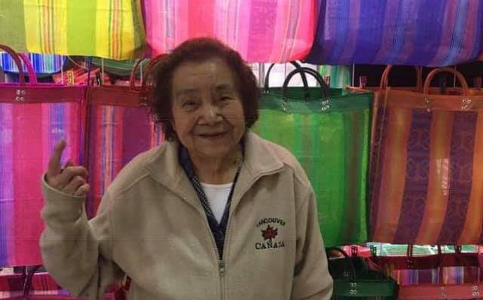 Abuelita se vuelve viral por vender bolsas IGUALES a las de Zara en 20 pesos
