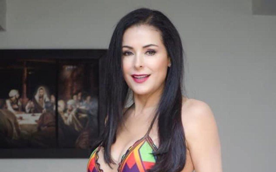 Lourdes Munguía modela una blusa de encaje a sus 60 años