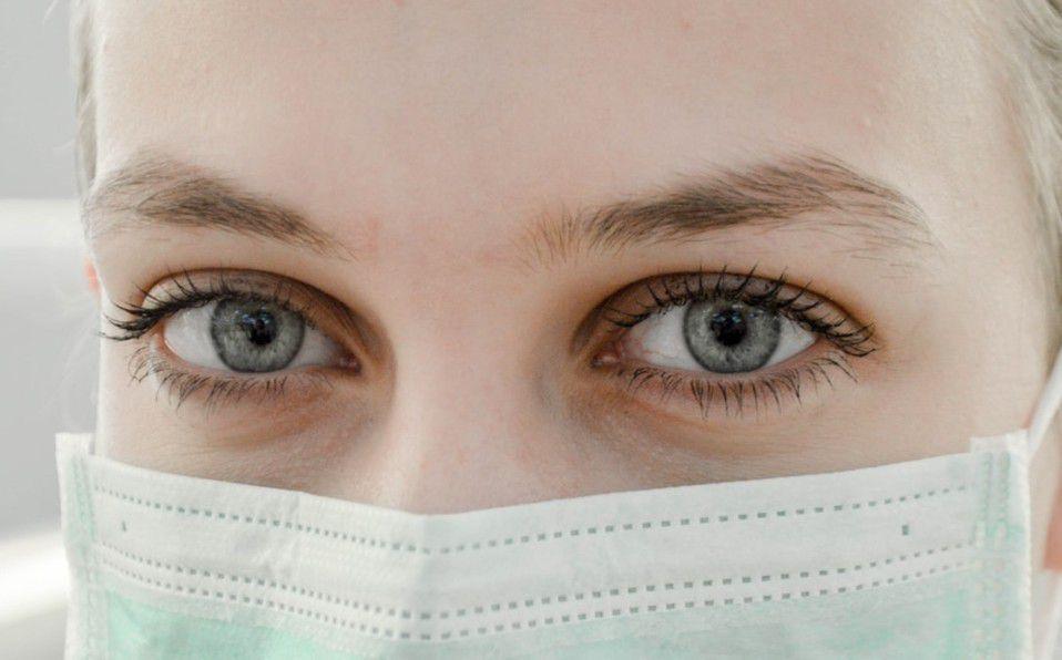 ¿Cómo evitar el acné causado por el uso de cubrebocas?