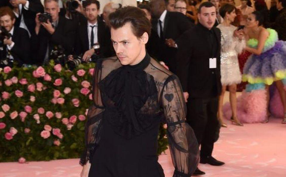 Harry Styles llegó con jumpsuit a la MET Gala y TODAS queremos su look