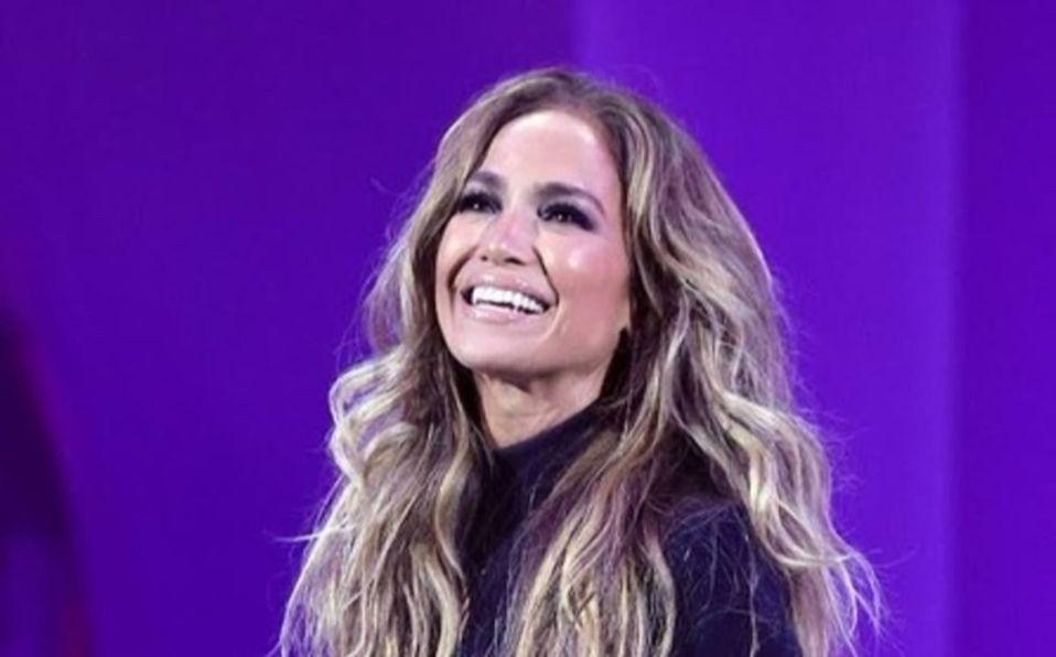 Jennifer Lopez posa en look de piel en los MTV VMA 2021