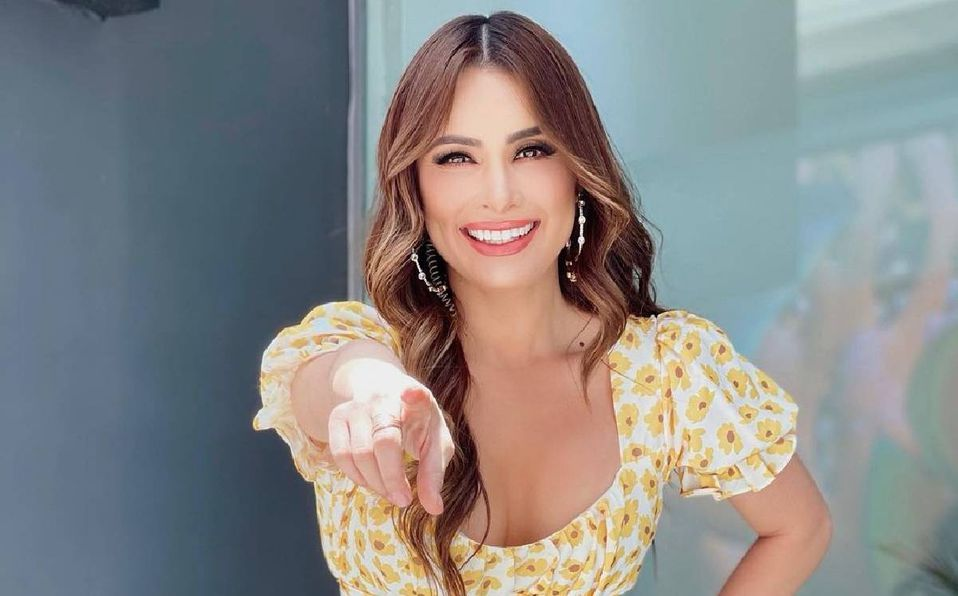 Cynthia Rodríguez causa sensación en un romántico vestido en color nude