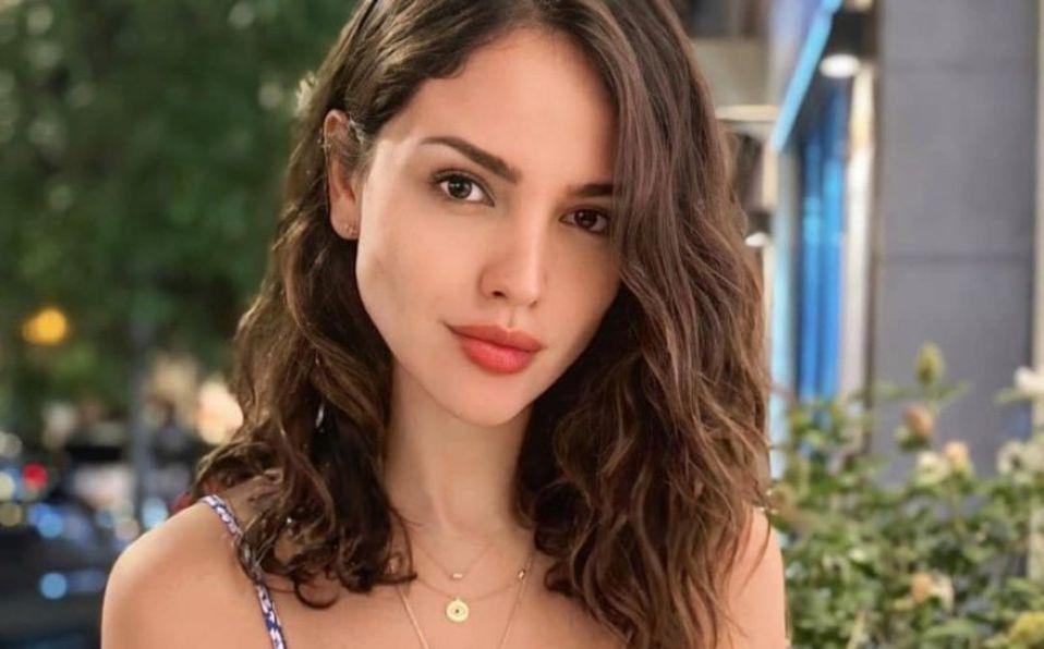 Eiza González posa en bikini en paisajes naturales