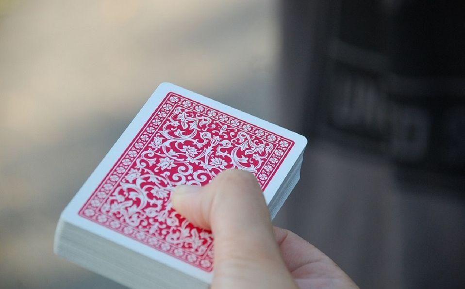 Jugar cartas es una manera didáctica y sana de ejercitar la memoria. (Cortesía)