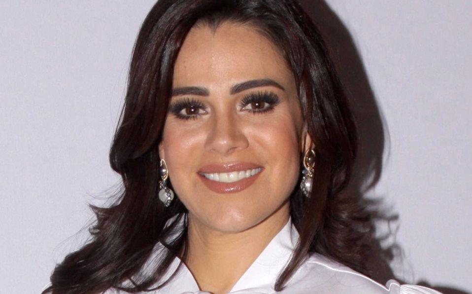 Luz Elena González posa en vestido de encaje a sus 47 años de edad