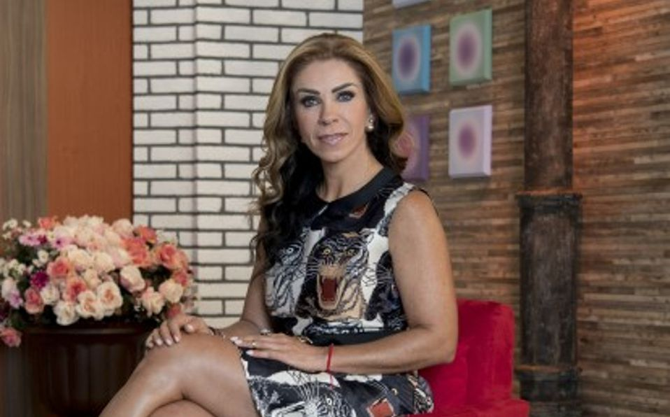 Rocío Sánchez Azuara luce rejuvenecida posando en medias de red
