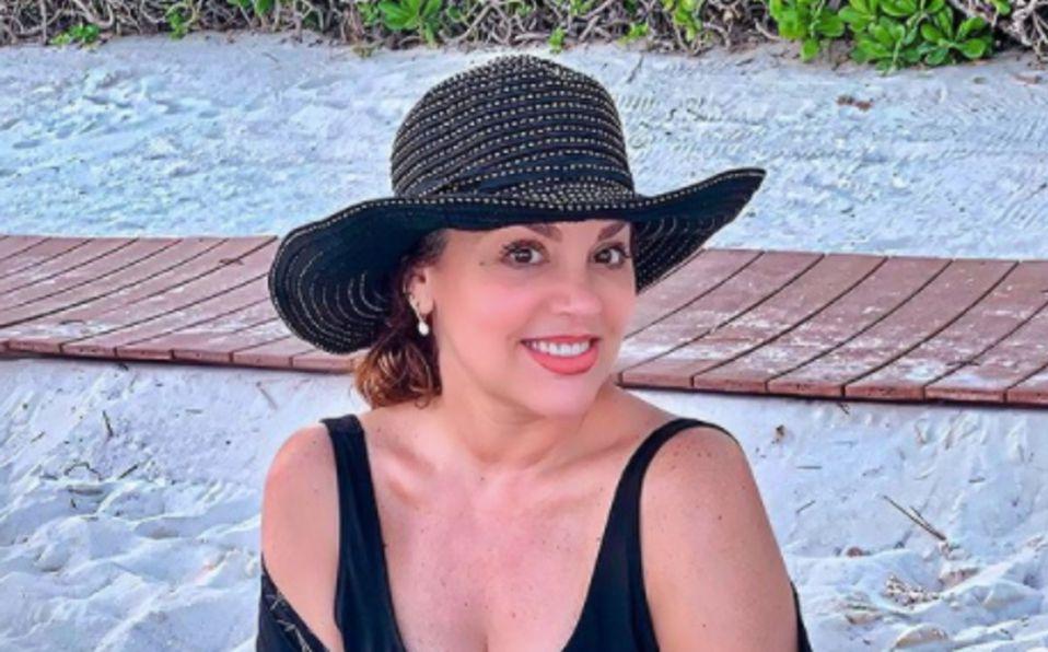 Tatiana luce su figura en traje de baño a los 52 años de edad