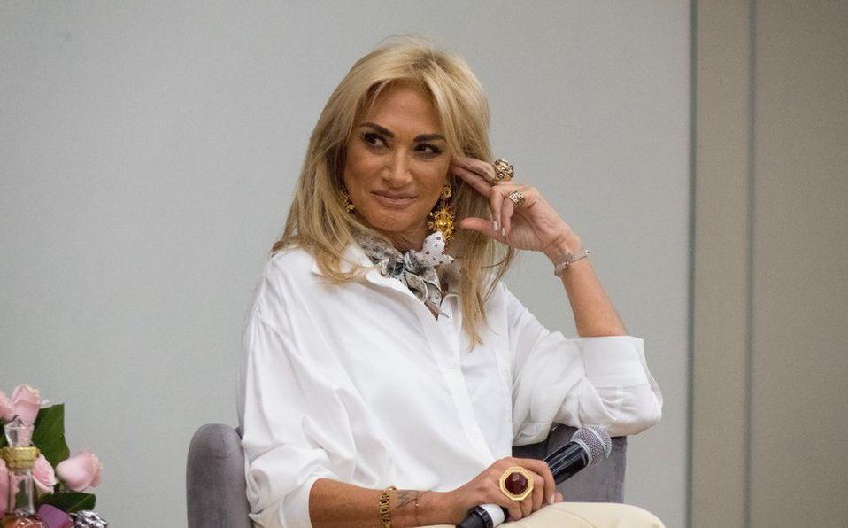 Adela Micha impacta al posar en mini bikini (Cuartoscuro).