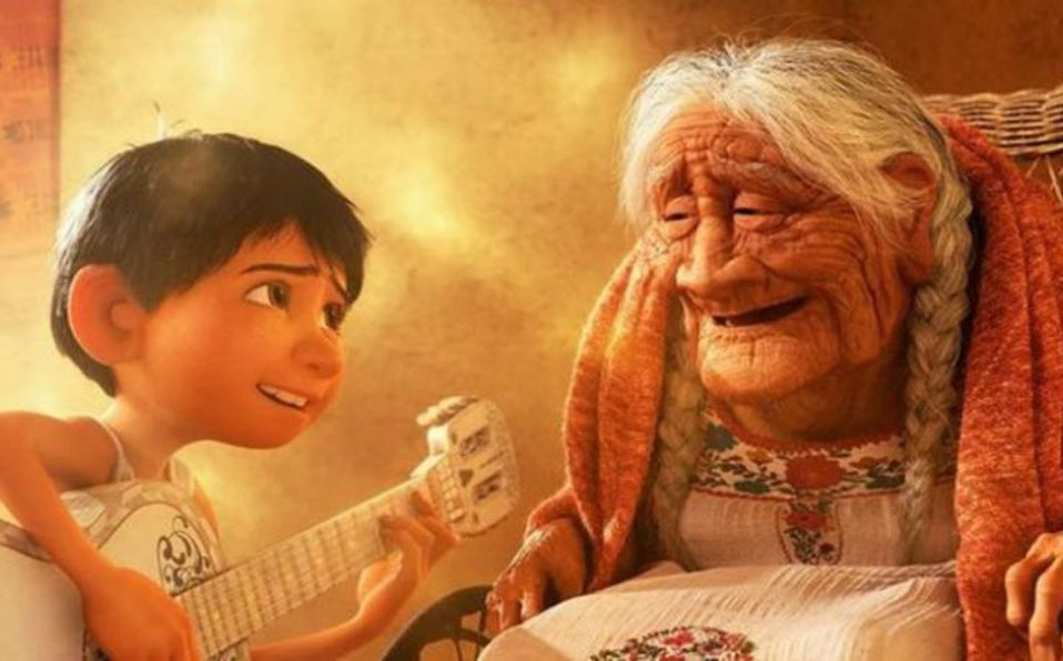 Niño lleva serenata de Coco a su bisabuela