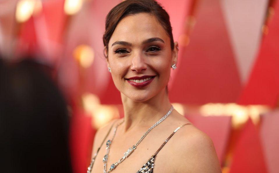 Gal Gadot luce conjunto en la alfombra de los Critics Choice Awards 2021