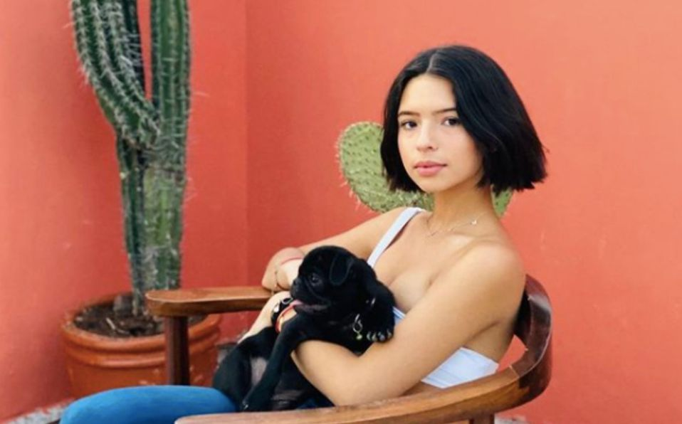 Ángela Aguilar luce blusa color nude y pantalón de cuero