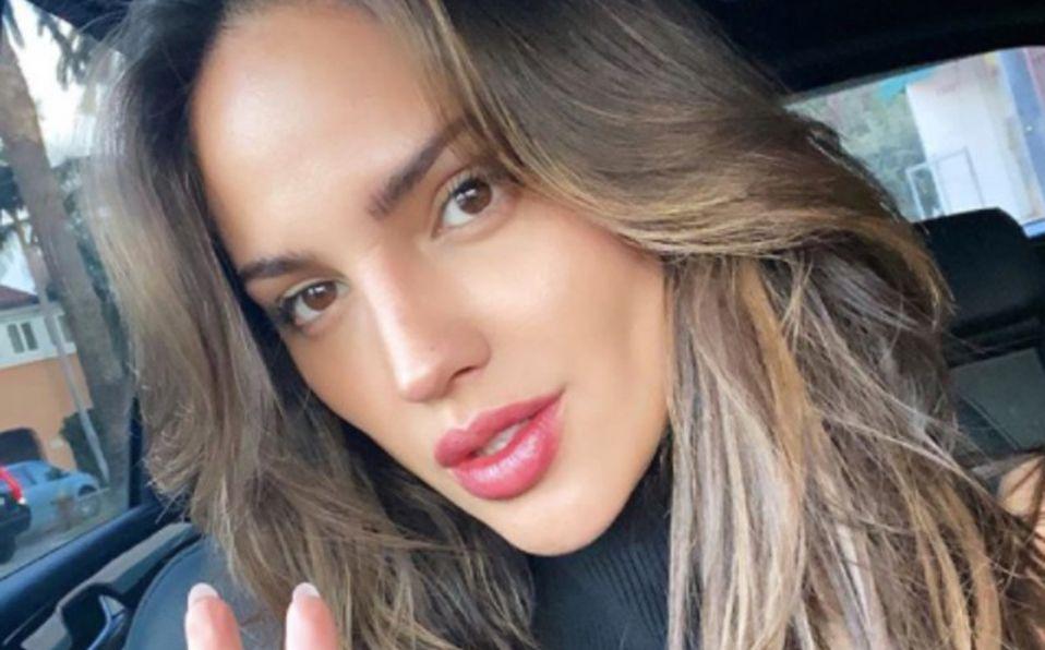 Eiza González posa en el metro para su siguiente película