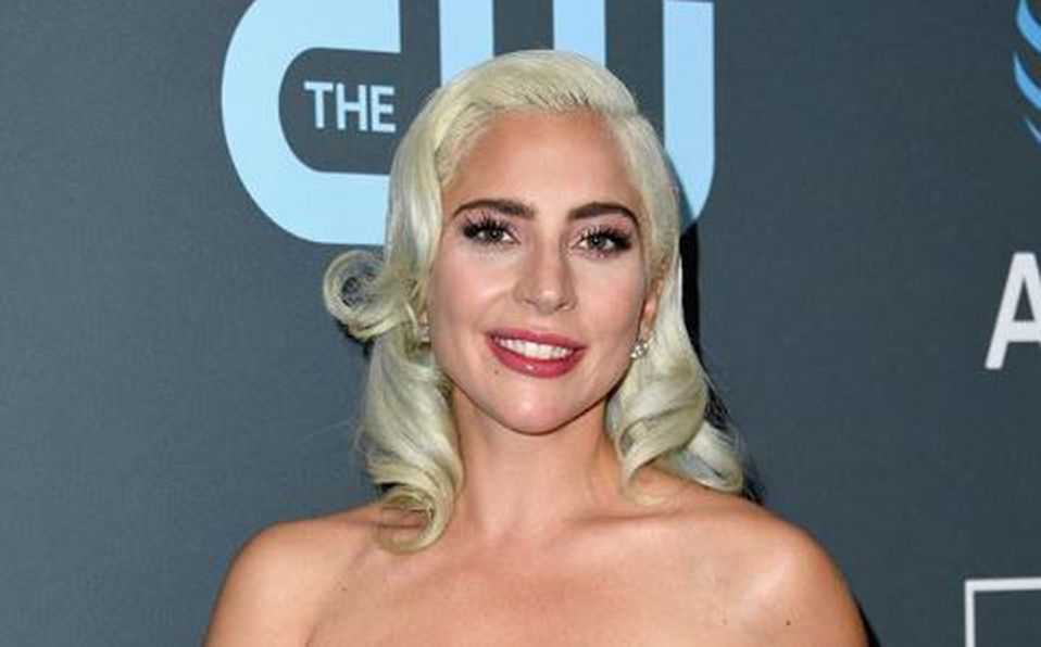 Lady Gaga sufre aparatosa caída del escenario