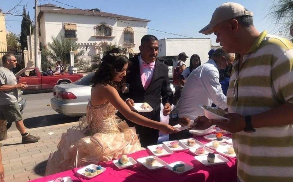 Quinceañera celebra repartiendo comida a las personas sin hogar