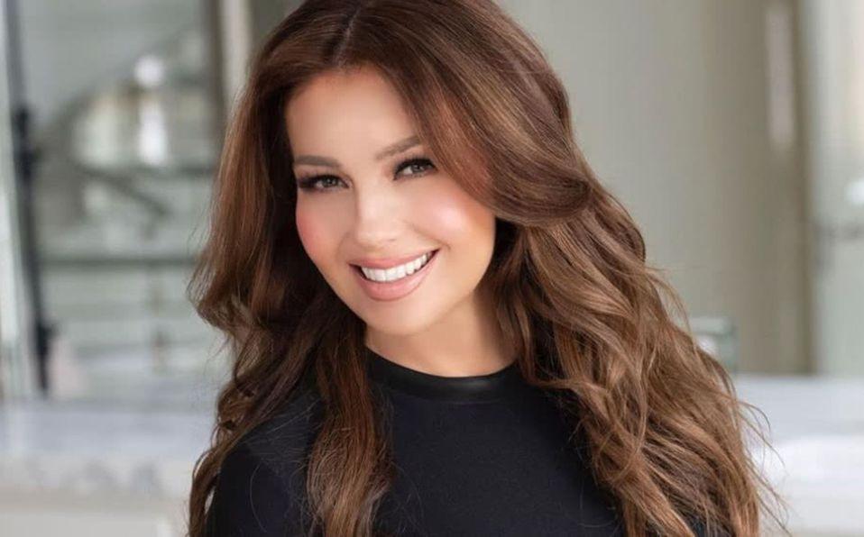 Thalía posa orgullosa en top a sus 49 años de edad