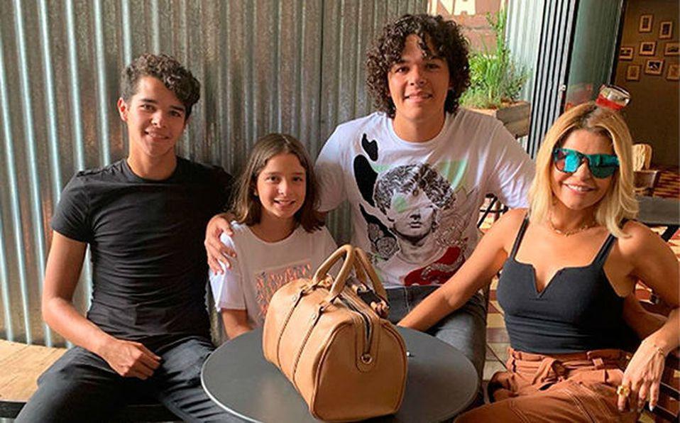 Itatí Cantoral y sus hijos