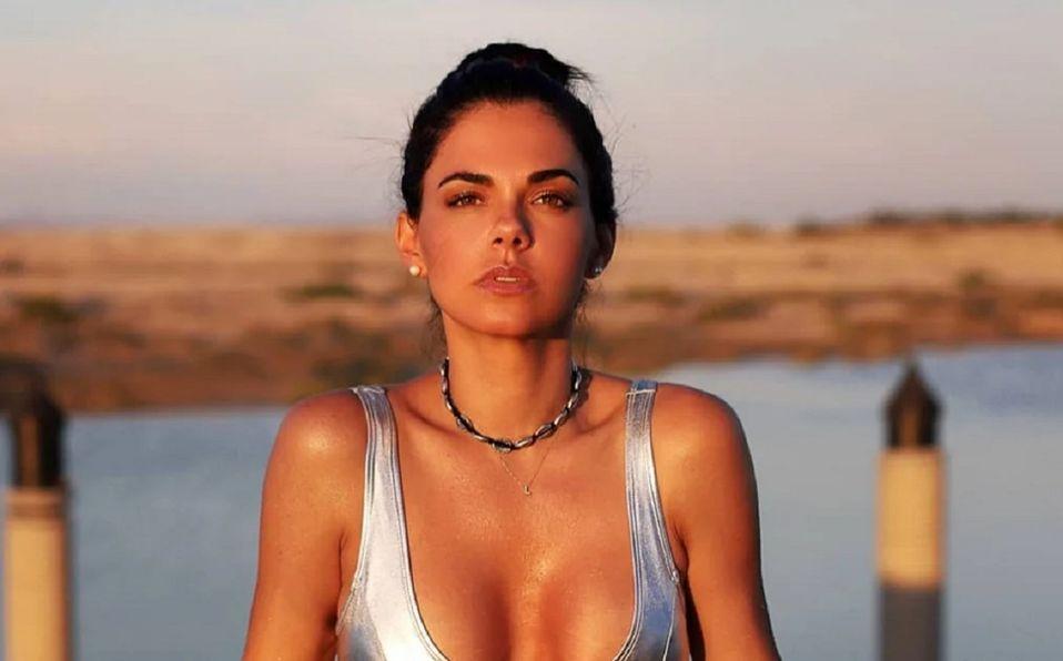 Livia Brito demuestra que su belleza es natural en corset
