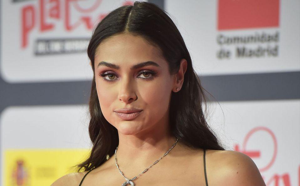 Renata Notni impactó con su look en los Premios Platino (Getty).