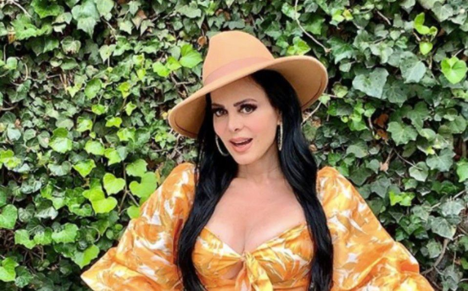 Maribel Guardia luce su silueta en vestido estampado
