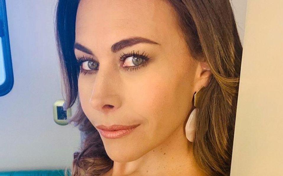 Vanessa Guzmán luce escote en elegante look