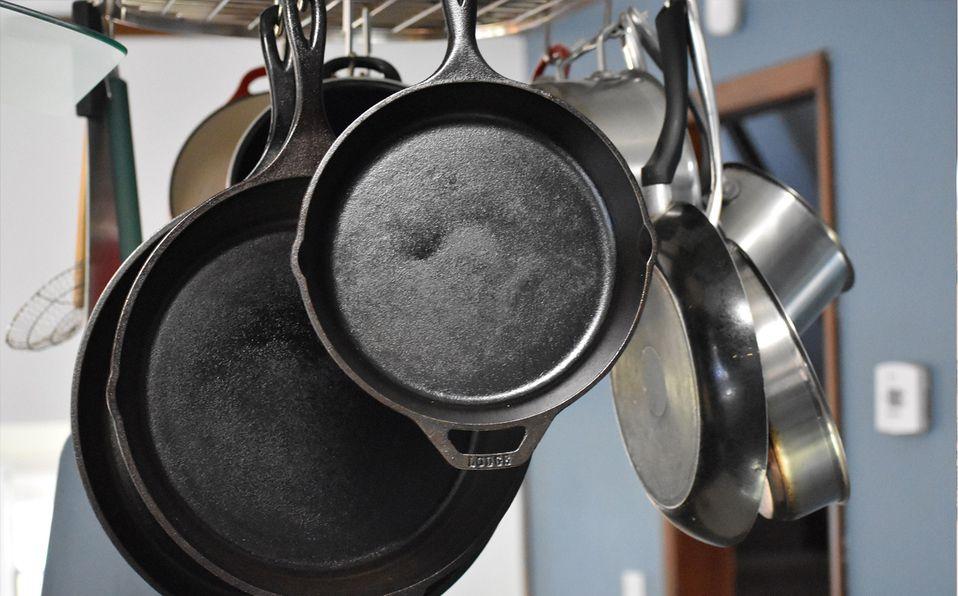 Cómo lavar ollas y sartenes quemados