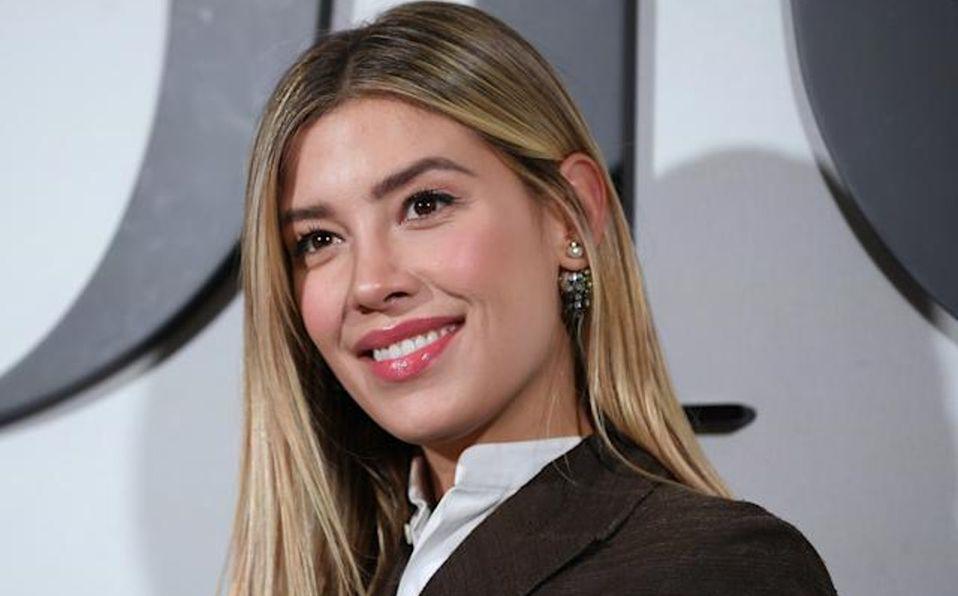 Michelle Salas luce escotado vestido Saint Laurent