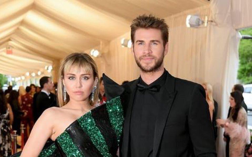 Miley Cyrus y su vestido verde y negro que nos quedó a deber TODO