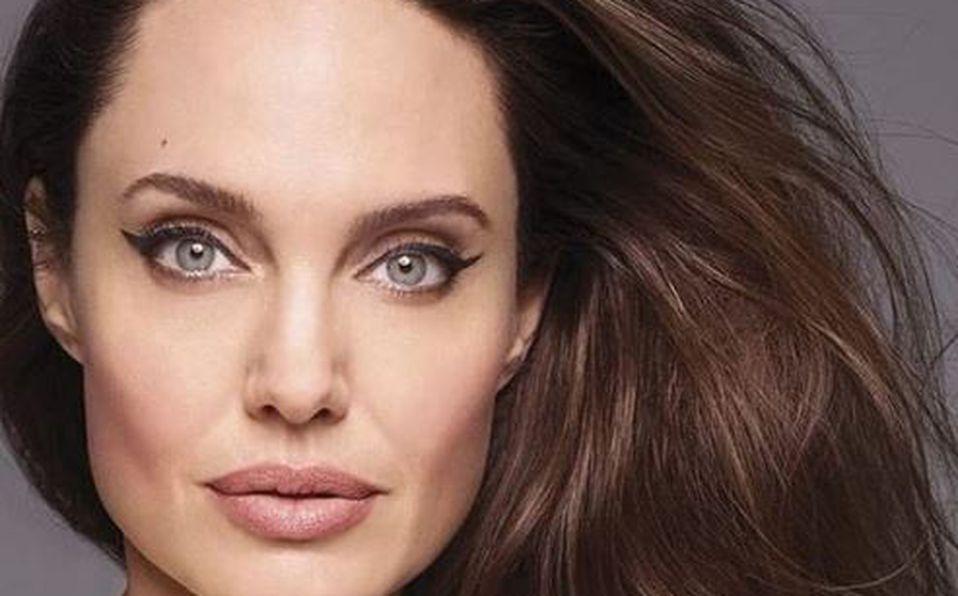 Angelina Jolie posa desnuda por primera vez en portada de revista