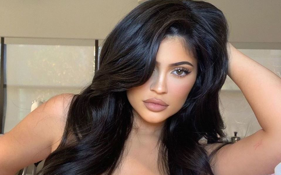 Kylie Jenner conquista las redes con un escotado vestido de látex (Instagram).