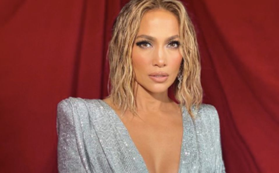 Jennifer Lopez muestra su abdomen sin retoques a sus 51 años de edad
