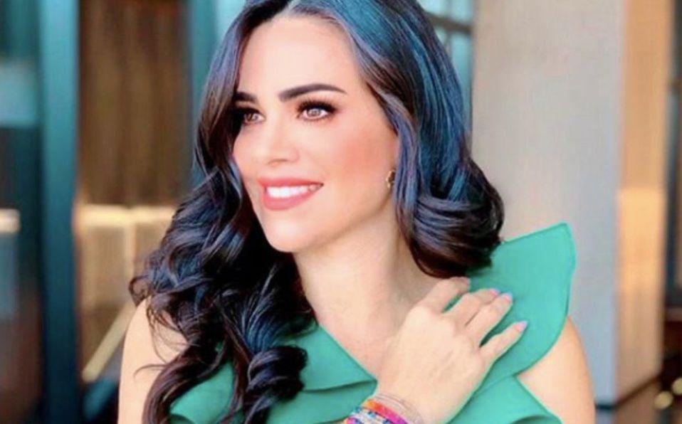 Luz Elena González posa con vestido rojo en su nuevo programa