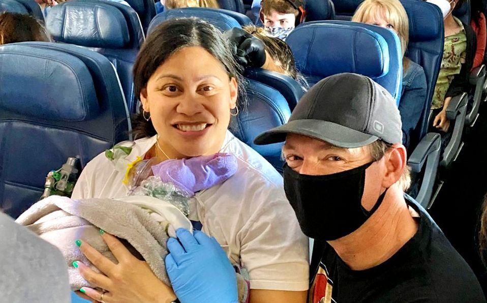Mujer no sabía que estaba embarazada y da a luz en un avión