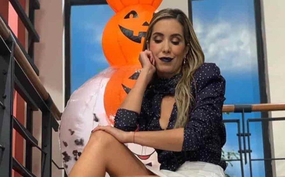 Andrea Escalona posa en elegante short de piel