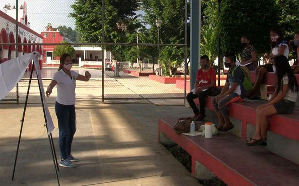 Maestra imparte clases en un parque de Yucatán
