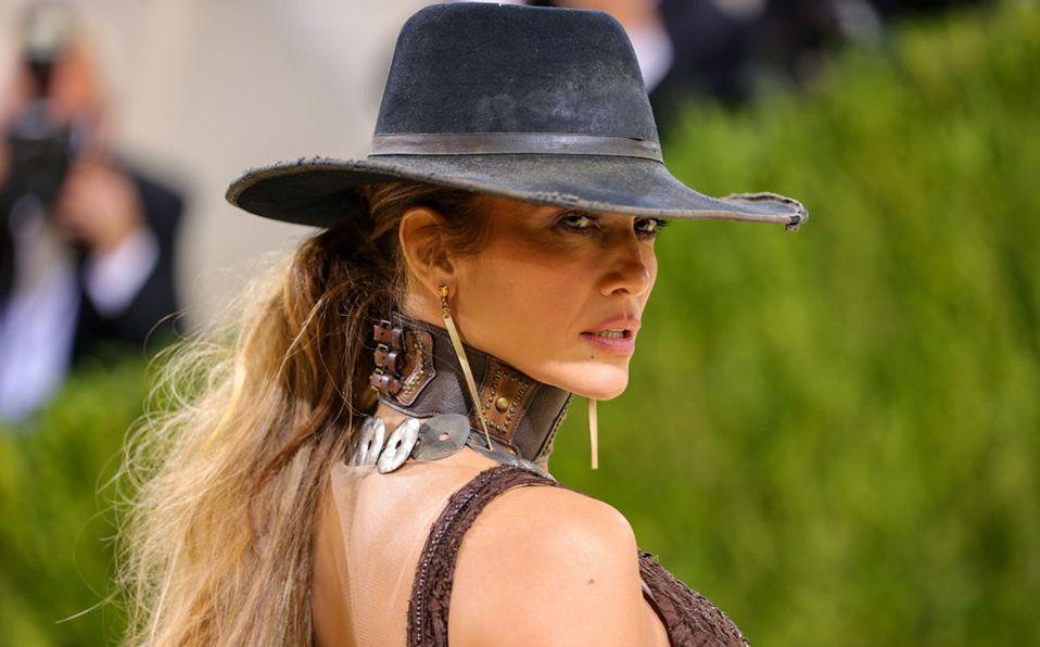 Jennifer Lopez impresiona con vestido Ralph Lauren en el MET Gala 2021