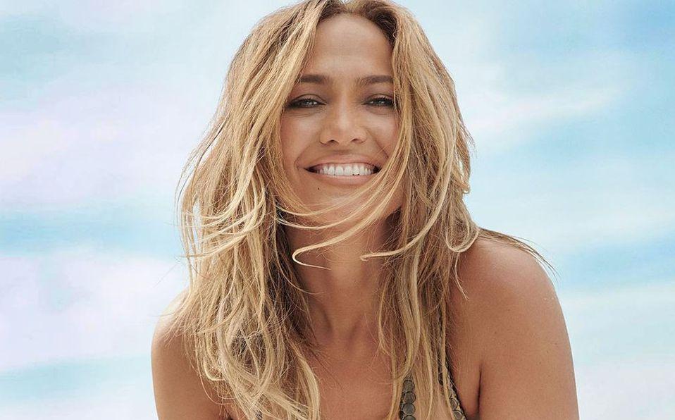 Jennifer Lopez lució un extravagante look (Instagram).
