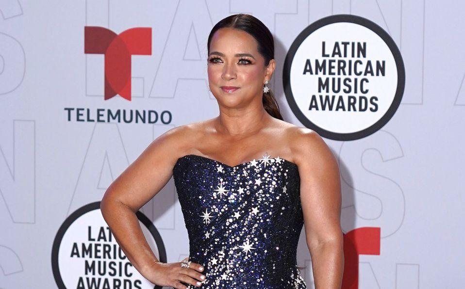 Adamari López presume su soltería en ajustado vestido rosa